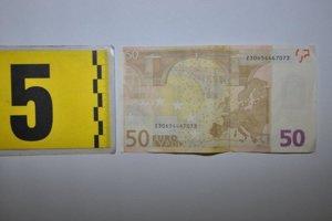 Podľa zistených informácií mala dvojica obvinených mladíkov po vzájomnej dohode vlani v novembri prostredníctvom internetovej stránky objednať 200 kusov falzifikátov 50 eurových bankoviek.