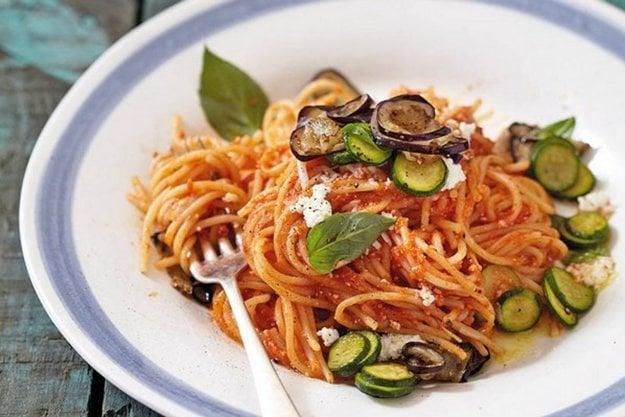 Špagety so zeleninou a dvomi druhmi syra