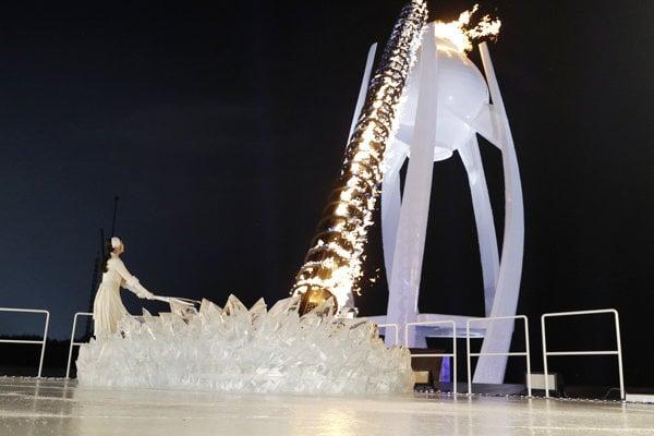 Krasokorčuliarka Kim Ju-na zapaľuje olympijský oheň.