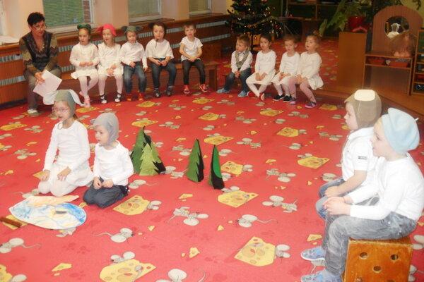 Škôlkari počas besiedky spievali, recitovali aj tancovali.
