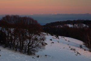 Čarovné večerné východné Karpaty z Veľkej Javoriny, najvzdialenejšie ukrajinské vrchy až vyše 160 km.