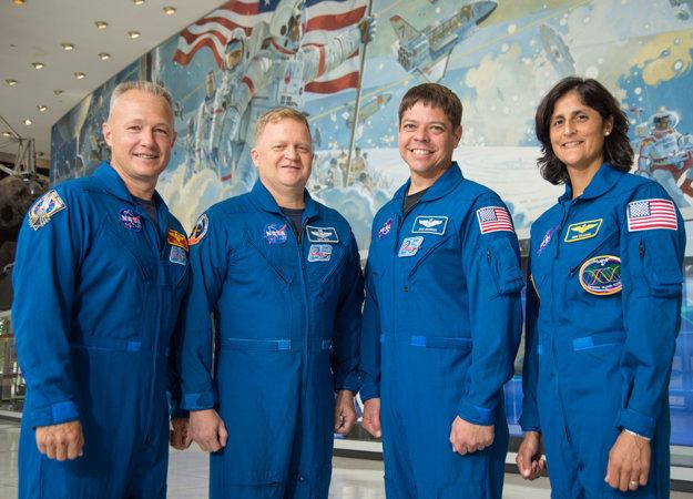 Posádka prvého komerčného vesmírneho programu - Doug Hurley, Eric Boe, Bob Behnken a Sunita