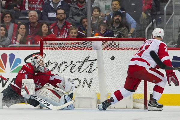 Tomáš Tatar strieľa jeden zo svojich gólov do siete Washingtonu.