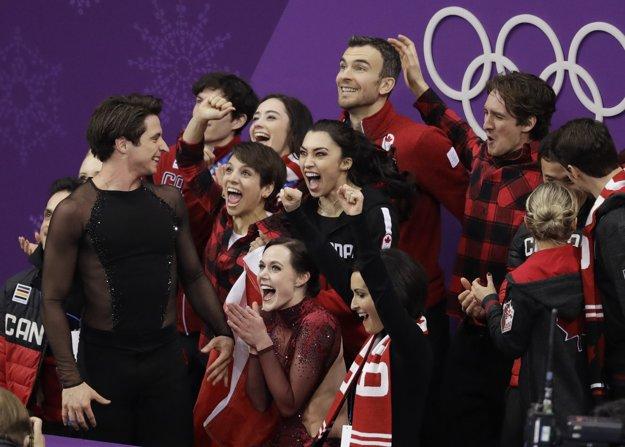 Kanadský tím oslavuje triumf na ZOH 2018.