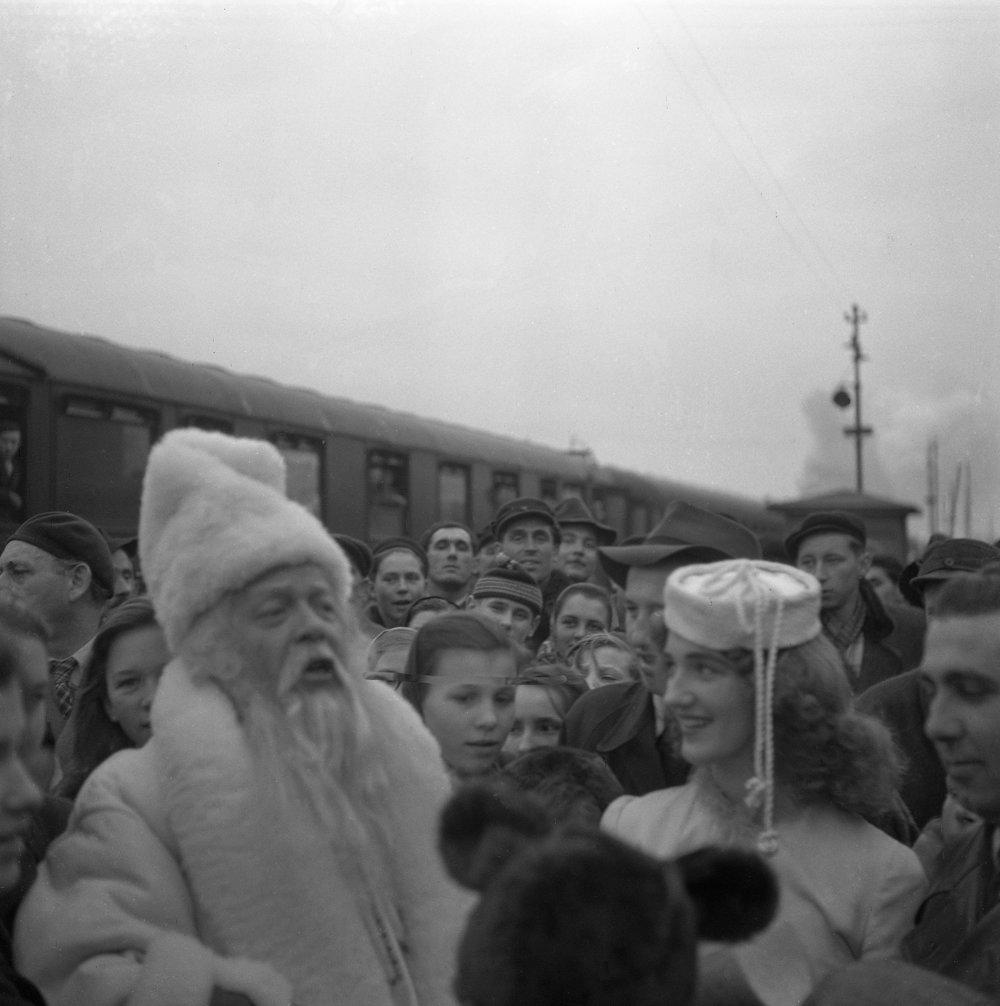Vítanie Deda Mráza a jeho sprievodu na železničnej stanici v Košiciach 29. decembra 1952.