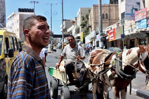 Aktivistu Ajmana po bitke spoznávajú v celom meste.
