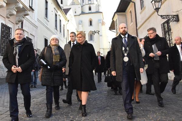 Peter Bročka (s primátorskými insígniami) počas návštevy chorvátskej prezidentky.