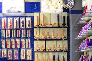 Veľkú časť predajne zaberajú vibrátory a umelé penisy.
