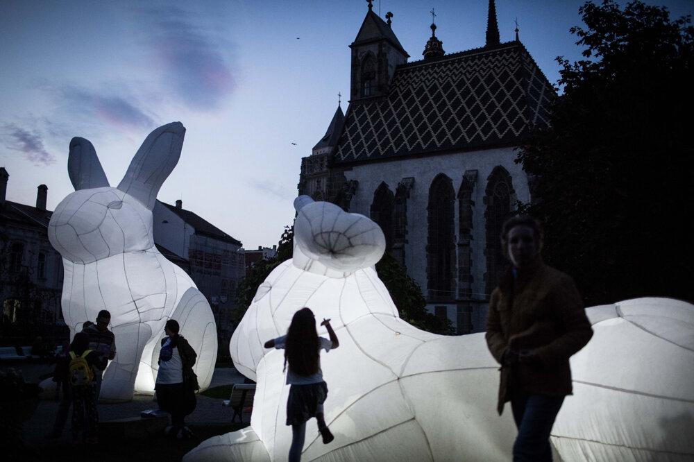 Svetelná inštalácia s názvom Narušitelia počas festivalu Biela noc. (3. 10. 2015, Košice)