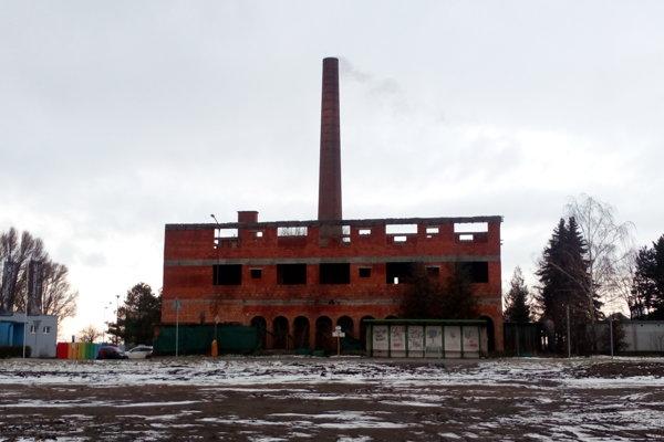 Chátrajúca budova sa nachádza pri vjazde z Holíča do Skalice.