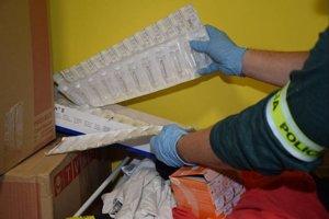 Polícia zadržala množstvo zakázaných látok.