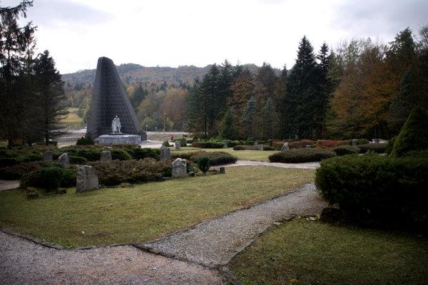 Dukliansky pamätník väčšinu času zdobila socha, ktorá tam pôvodne nepatrila.