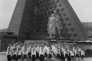 Na archívnej snímke z 18. mája 1967 sľub pionierov na Dukle.