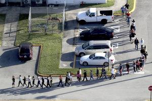 Deti utekajú zo školy, v ktorej sa strieľalo.