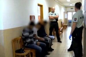 Zadržaní putovali na policajnú stanicu.