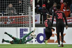 Nacho Monreal strieľa prvý gól Arsenalu do brány domáceho Östersundu.