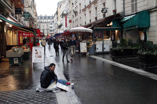 Bezdomovec na parížskej ulici.