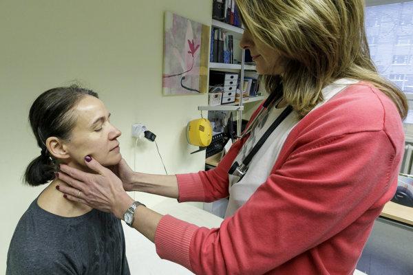 Pacientka počas vyšetrenia v ambulancii všeobecnej lekárky pre dospelých