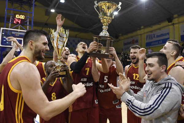 Na snímke hráči KB Košice s trofejou po víťazstve nad Interom Bratislava.
