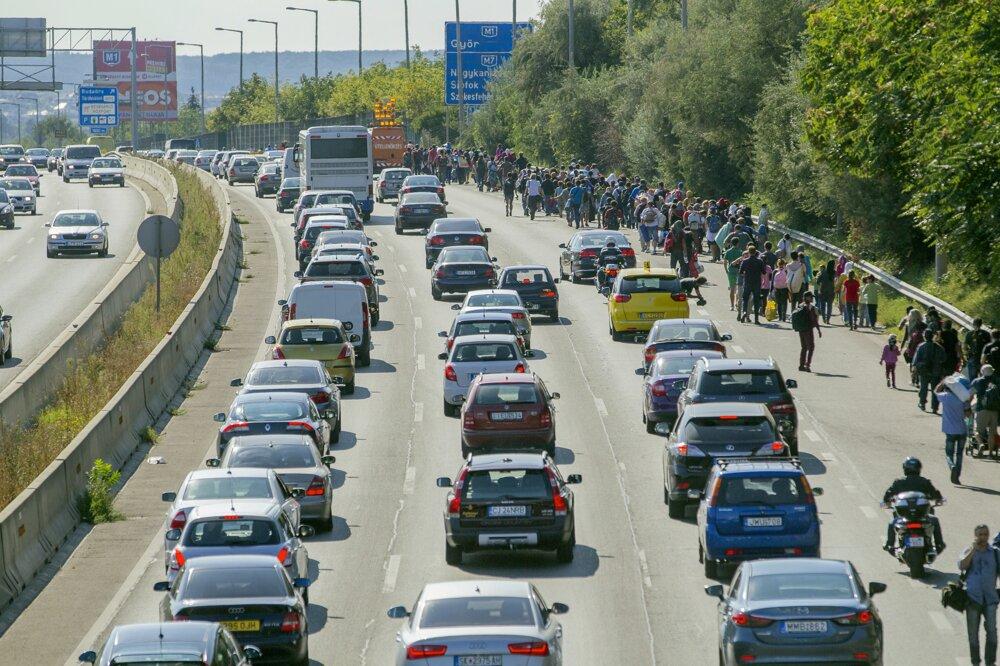 Utečenci sa z budapeštianskej stanice Keleti vybrali peši po diaľnici M1 do Rakúska.