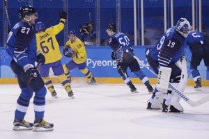 Hokejisti Švédska sa tešia po góle do siete Fínska.