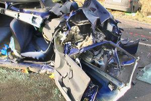 VAVREČKA, december 2006. Pár stoviek metrov cesty autom delilo rodinu z Vavrečky, aby si doma vybalila vianočné nákupy. Nestalo sa, na rovnom úseku cesty do nich čelne vrazil Ford Fokus. Po troch hodinách zomrela v nemocnici na následky ťažkých zranení 50 ročná Irena.
