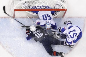 Hráč USA Ryan Donato (16) padá v slovenskom bránkovisku po súboji s Dominikom Graňákom.