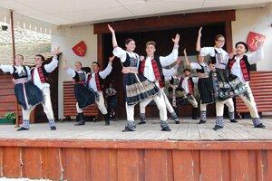 Vystúpenie tanečníkov na minuloročnej hradnej zabíjačke na Beckovskom hrade.