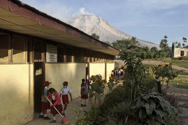 Sopka Sinabung je vysoká 2460 metrov a aktívna je od roku 2010.