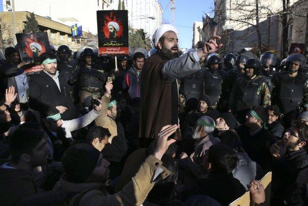 Protestujúci ľudia pred saudskoarabskou ambasádou v Teheráne.