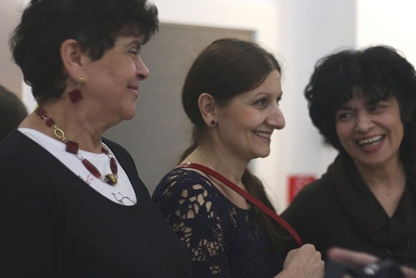 Mediálny obraz Rómov na Slovensku vyvažujú pozitívnymi príkladmi neziskové organizácie. Zľava Agnes Horváthová, Zuzana Kumanová a Zdenka Mahajová počas otvorenia putovnej výstavy Úspešné rómske ženy združenia In Minorita. Výstava bola v roku 2015 inštalovaná aj v Národnej rade SR.