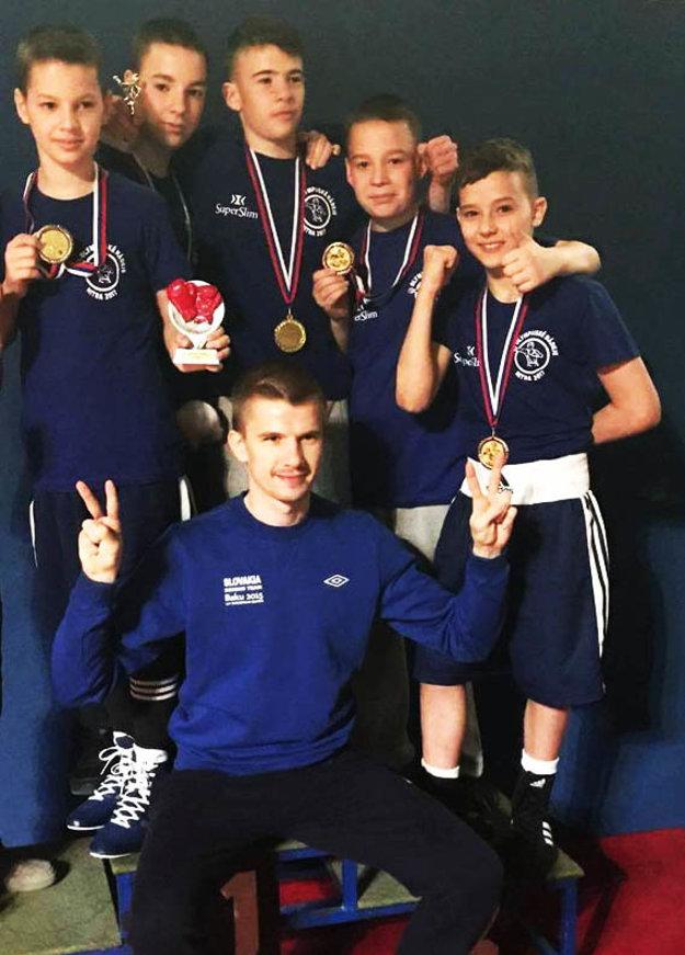 Najmladšími v ringu budú talentovaní žiaci. Na snímke nitrianske nádeje s trénerom Pavlom Hlavačkom.
