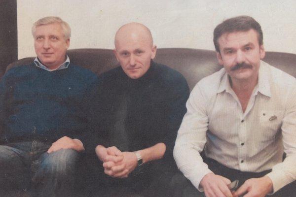 S. Lindvai (v strede). Spodporným tímom – vľavo manažér Michal Serečin, vpravo Ján Andráš.