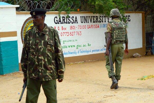 Vchod do univerzity strážia pracovníci bezpečnostnej služby.