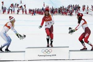 ZJAZDOVÉ LYŽOVANIE: Strieborná Američanka Mikaela Shiffrinová, vľavo, Švajčiarka Michelle Gisinová, ktorá vyhrala zlato, a druhá Švajčiarka Wendy Holdenerová, ktorá sa tešila z bronzu.