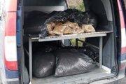 Vrecia s tabakom našli colníci v úložnej časti auta pohrebnej služby.
