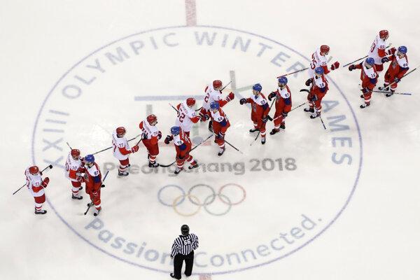 České hokejisti a OŠ z Ruska po semifinálovom zápase.