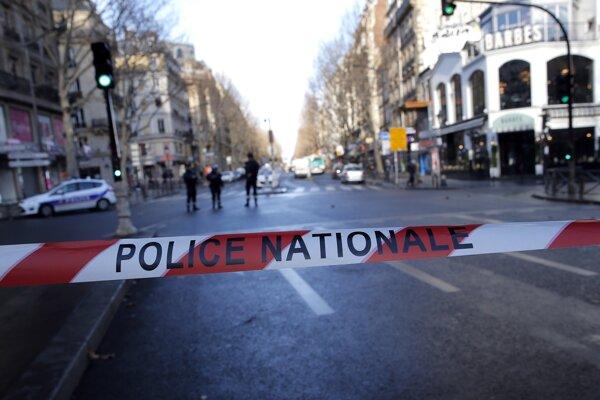 Policajti zastrelili muža, ktorý sa údajne pokúsil dostať s nožom na policajnú stanicu.