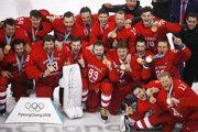 Ruskí hokejisti sa radujú zo zlatých medailí.