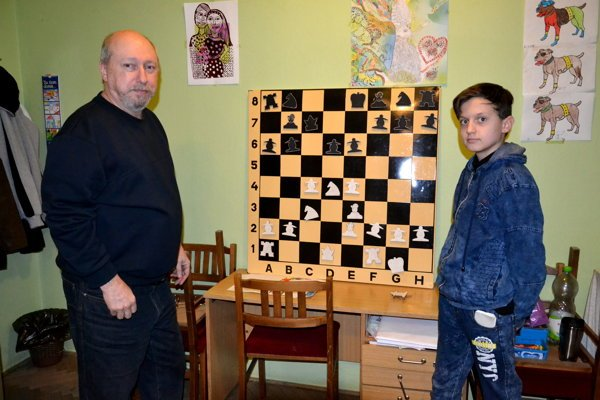 Na tréningu. Vľavo Peter Klein, vedúci šachového oddielu.