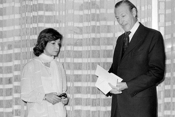 Na archívnej snímke z 20. júna 1975 iránska princezná Ašraf a generálny tajomník OSN Kurt Waldheim.