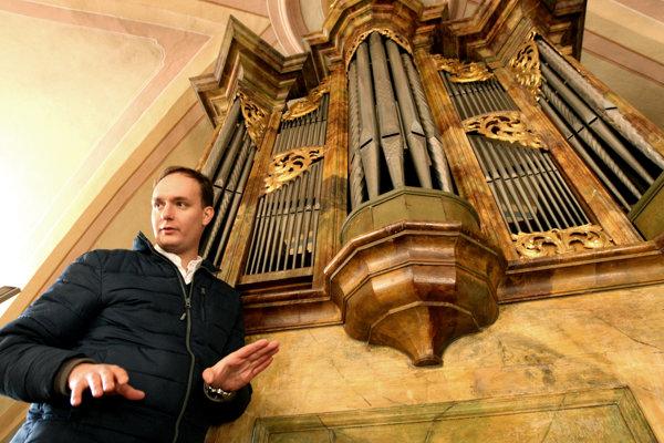 Organista Matúš Kucbel pred vzácnym organom.