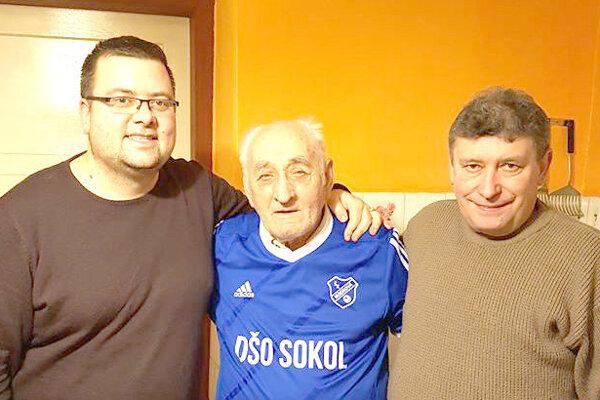 Anton Janžo (v strede) sgratulantami Mariánom Lackom (vľavo) aMiroslavom Lehutom (vpravo).