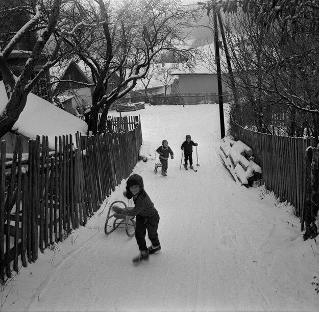 Kľak na strednom Slovensku v roku 1969 . Stačil malý kopec a bolo o zábavu postarané.