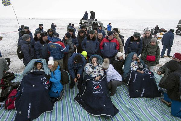 Rus Alexander Misurkin a Američania Joe Acaba a Mark Vande Hei pristáli v ruskej vesmírnej lodi Sojuz v Kazachstan.