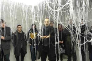 """Študenti a kurátor Martin Kratochvil počas vernisáže pri """"pavúčej"""" inštalácii."""