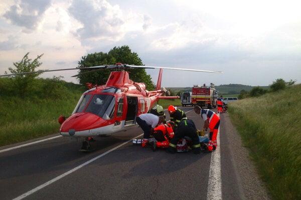 Leteckí záchranári často pomáhajú pri dopravných nehodách.
