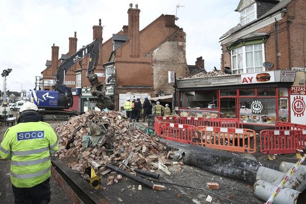 Trosky domy po explózii v anglickom meste Leicester.