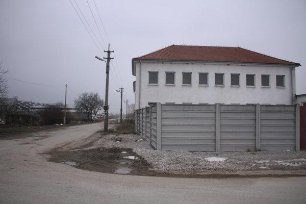 Budova je v blízkosti logistického centra, vedľa je Lidl.