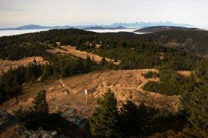 Celkový pohľad zo Skaliska na západ, vľavo Kráľová hoľa, vpravo Tatry (Západné, Vysoké Belianske).